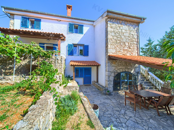 AN OASIS OF PEACE IN THE HEART OF THE ISLAND OF KRK !! Beautifully renovated old stone house with 5 bedrooms, large terraces, sea views and pool !! Surrounded by greenery in a quiet location !!