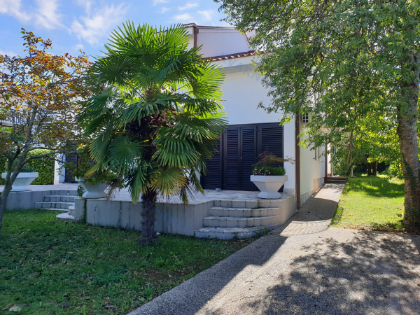 Semi-detached house in Malinska with a separate apartment in a great location !!